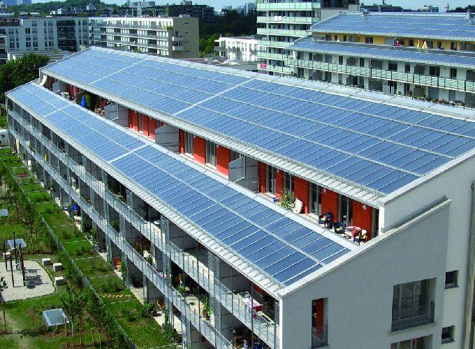 Солнечные батареи на крышах домов или на земле