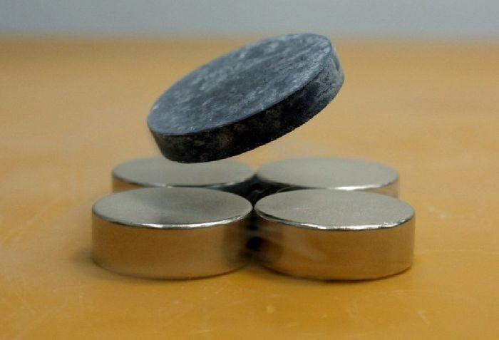 Левитация пластины сверхпроводника над магнитом