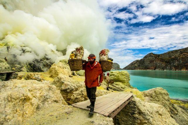 Добыча серы в жерле вулкана Иджен, Индонезия
