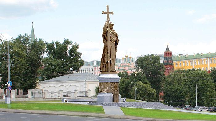 Памятник князю Владимиру на Боровицкой площади в Москве